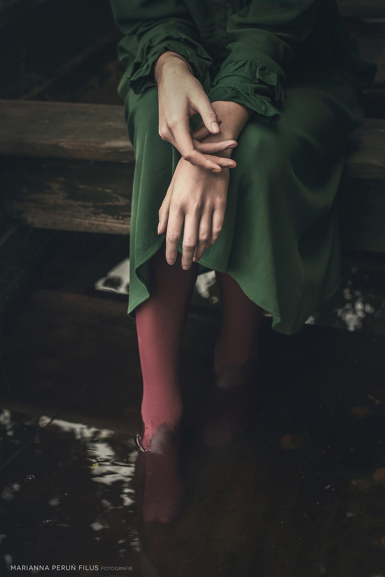 panna z mokrymi stopami