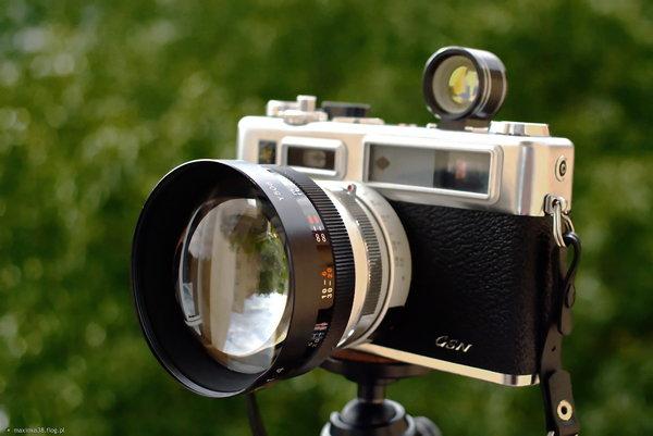 http://s24.flog.pl/media/foto_middle/12145918_yashica-electro-35-analogowa-z-telekonwerterem-i-celownikiem-poniewaz-nakrecony-konwerter--przeslania-oczko-dalmierza-i-przeszkadza-w-kadrowaniu.jpg