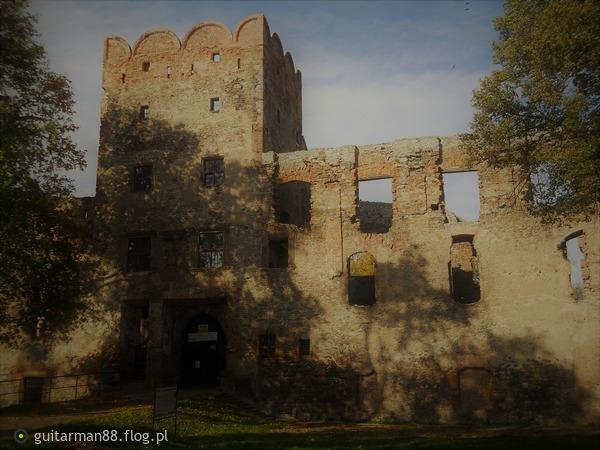 http://s24.flog.pl/media/foto_middle/12240450_zamek-w-zabkowicach-slaskich.jpg
