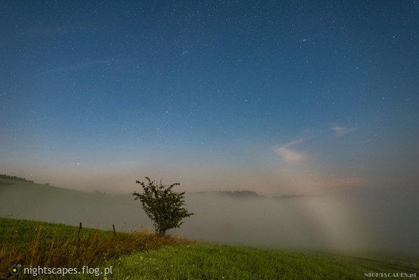 http://s24.flog.pl/media/foto_middle/12262514_lunar-fogbow.jpg