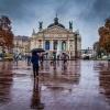Śpiewam i tańczę w deszcz<br />u... ;-) :: ...przed Operą Lwowską. J<br />ednym z najważniejszych z<br />abytków w centrum Lwowa  <br />:-)  Pozdrawiam serde